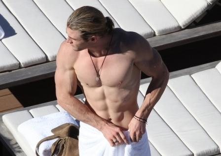 Chris-Hemsworth-Shows-off-Fit-Body